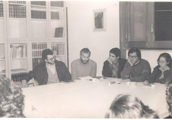 Foto: Redazione di spazi_di/versi - foglio di poesia; da sx: Roberto Cataldini, Luciano Provenzano, Antonio Errico, Elio Leo, Franca Capoti; Parabita (Le), 1984